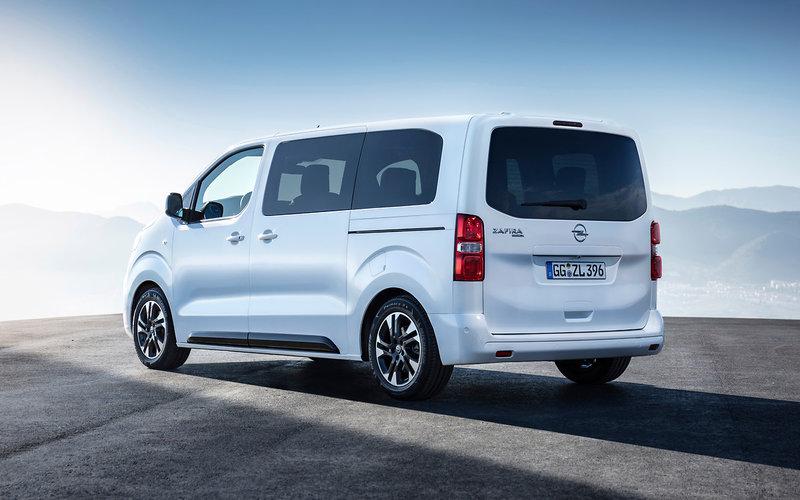 Ουσιαστικά, τα αυτοκίνητο αποτελεί την επιβατική εκδοχή του επαγγελματικού Van, Opel Vivaro,
