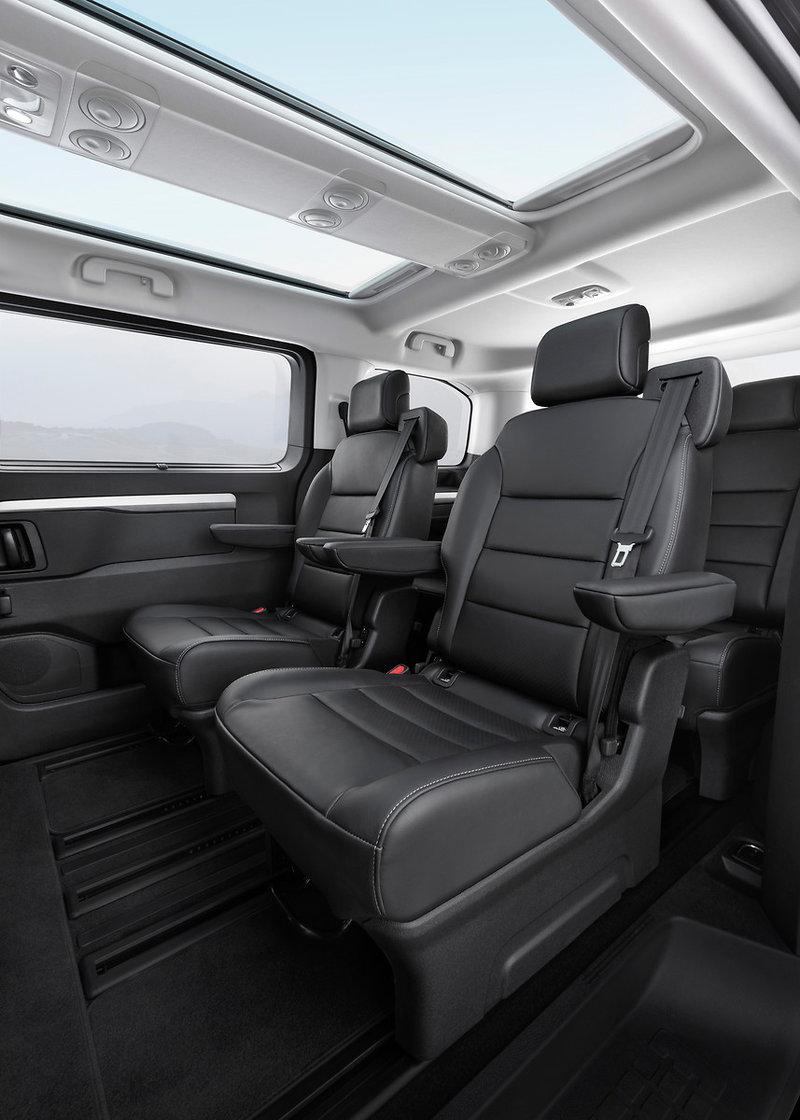 Η VIP έκδοση του Zafira διαθέτει φιμέ τζάμια, ηλεκτρικά ανοιγόμενη πλαϊνή πόρτα, ηλεκτρικά καθίσματα οδηγού-συνοδηγού με λειτουργία μασάζ, σύστημα πολυμέσων με Navi, ηλεκτρονικό κλιματισμό, αναδιπλούμενο τραπέζι σε ράγες και πολλά άλλα.