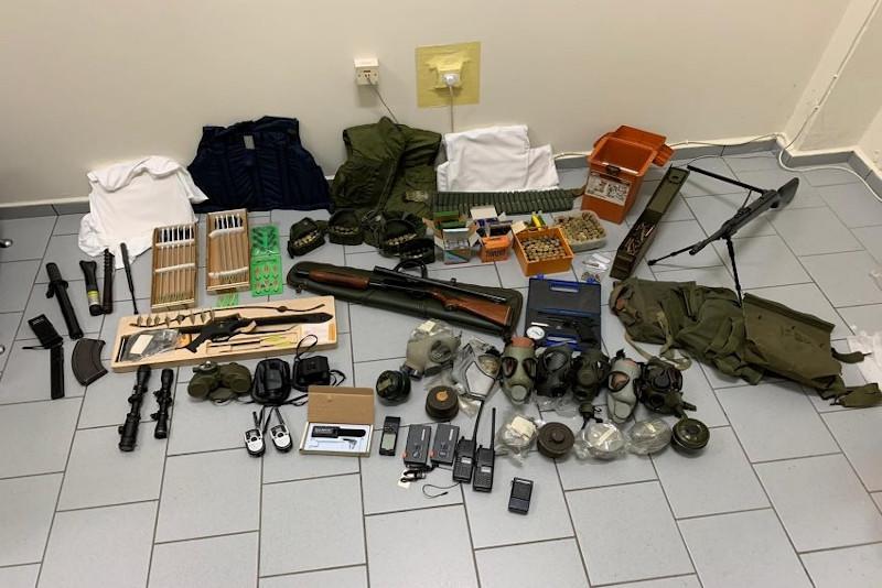 Μεγάλη ποσότητα οπλισμού εντοπίστηκε σε κατοικίες και αποθήκες των δύο συλληφθέντων