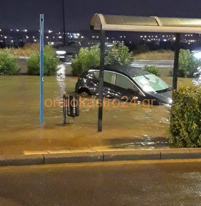 Δρόμοι μετατράπηκαν σε ποτάμια ενώ χαρακτηριστική είναι η περίπτωση στην οδό Θεσσαλονίκης, στο Ωραιόκαστρο, όπου η στάθμη του νερού έχει καλύψει αρκετά αυτοκίνητα.