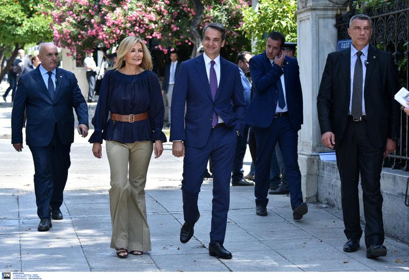 Ο πρωθυπουργός Κυριάκος Μητσοτάκης και η Μαρέβα Γκραμπόβσκι εισέρχονται στο Προεδρικό Μέγαρο