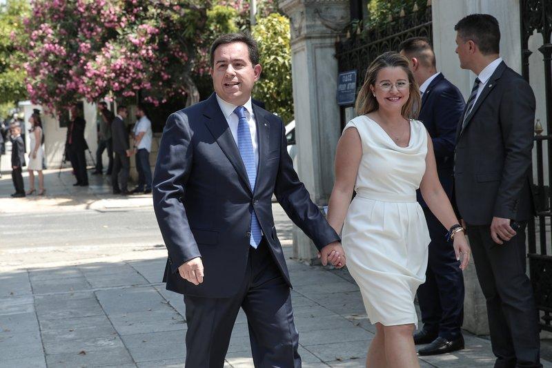 Ο Νότης Μηταράκης με την σύζυγό του στα λευκά.