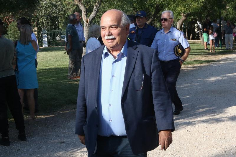 Παρών και ο Νίκος Βούτσης στην ορκωμοσία του νέου δημάρχου Αθηναίων Κώστα Μπακογιάννη