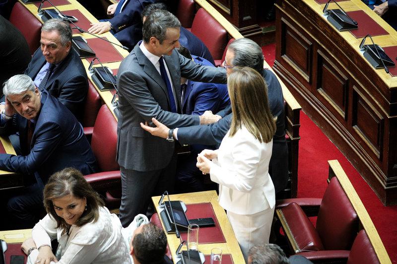 Ο Κυριάκος Μητσοτάκης συγχαίρει τους άρτι ορκισθέντες βουλευτές Πάνο Παναγιωτόπουλο, Ζωή Ράπτη