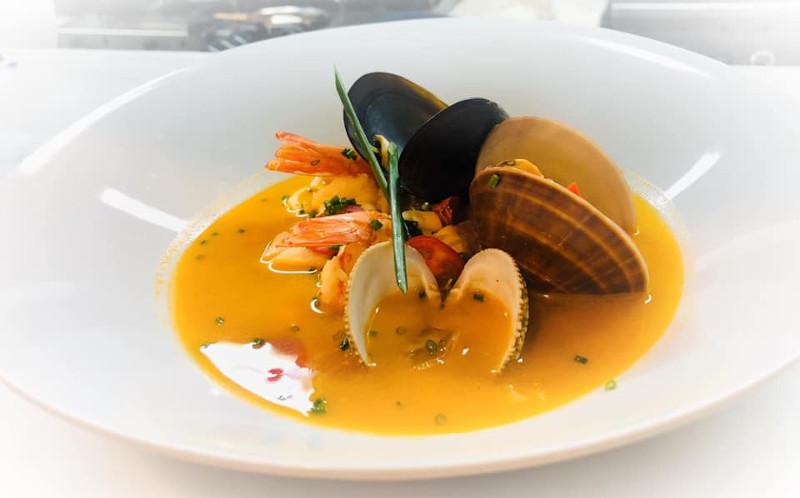 Οστρακα και γαρίδες σούπα