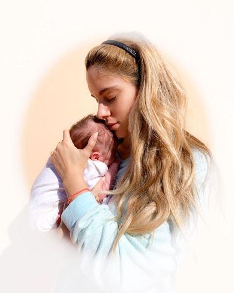 Η Δούκισσα Νομικού με την νεογέννητη κόρη της