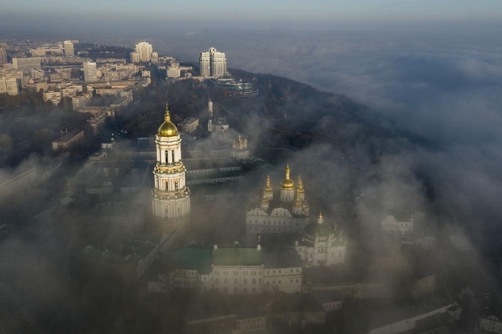 Το περίτεχνο μοναστήρι του Πετσέρσκ Λάβρα (Λάβρα των Σπηλαίων) του Κιέβου με τους χρυσούς τρούλους του είναι το προπύργιο της φιλορωσικής Ουκρανικής Ορθόδοξης Εκκλησίας