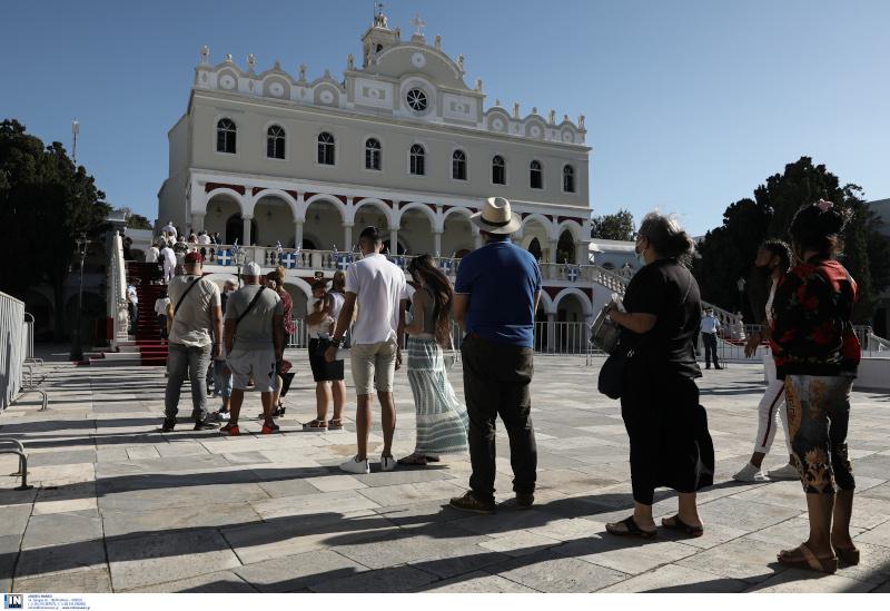 Οι πιστοί περιμένουν υπομονετικά και τηρούν τις αποστάσεις μέχρι να εισέλθουν στον ναό.