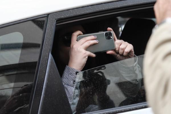 Η Ουρανία Μιχαλολιάκου φωτογραφίζει τους… φωτογράφους και τους δημοσιογράφους με το κινητό της