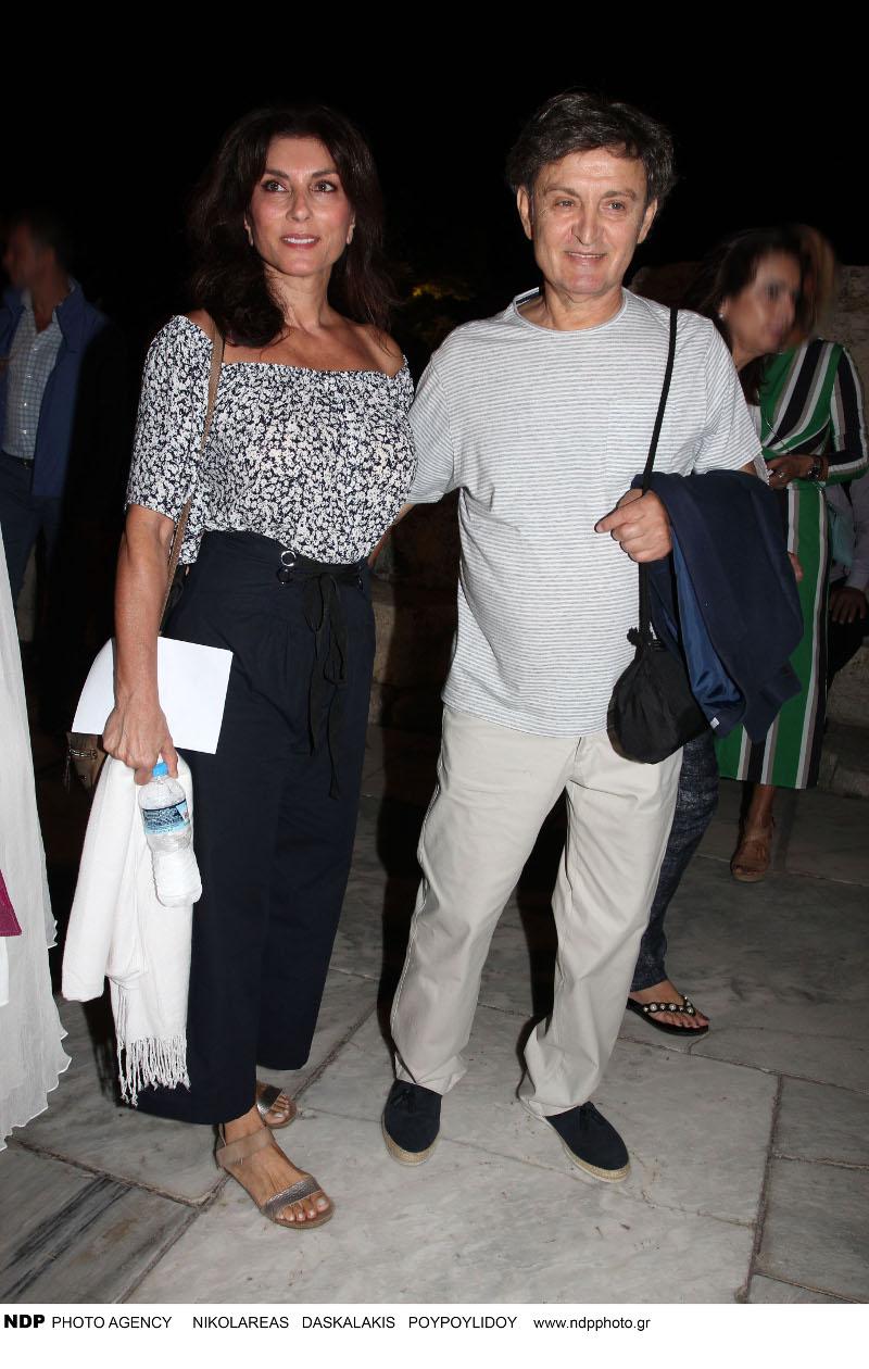 Ούρσουλα και Νίκος Νομικός σε βραδινή τους έξοδο, με καλοκαιρινά ρούχα