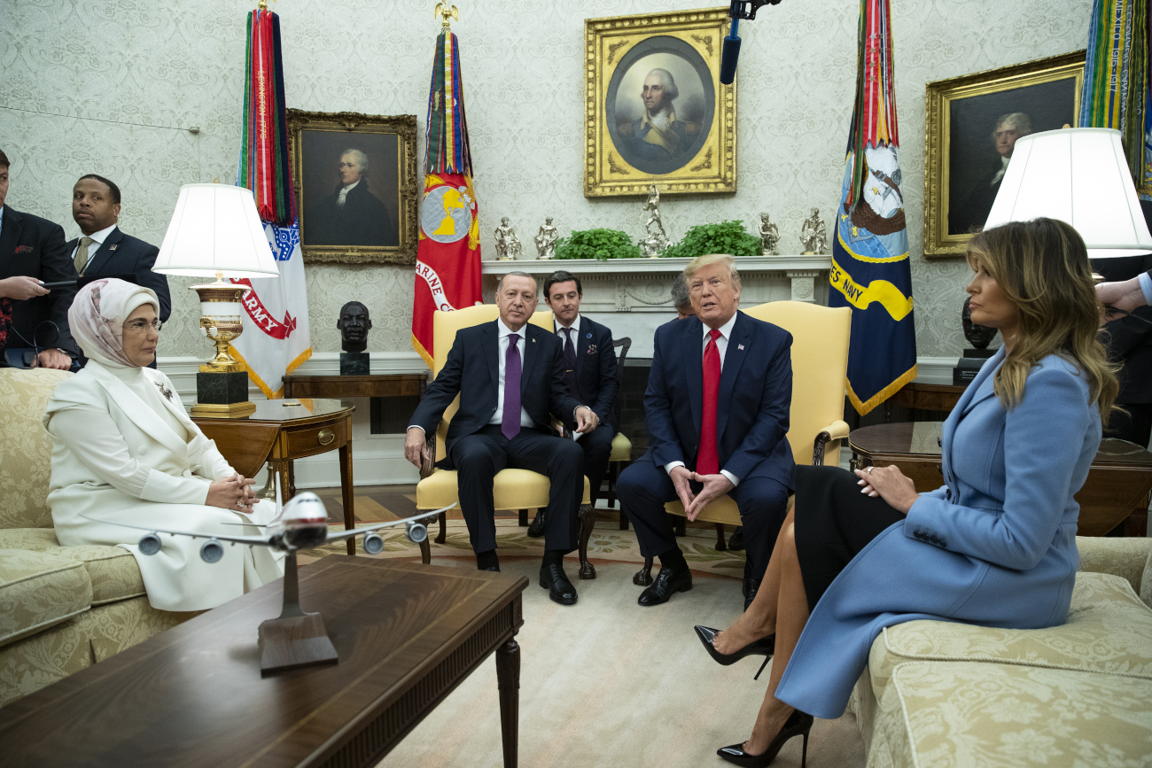 Η Εμινέ Ερντογάν και η Μελάνια Τραμπ στο Οβάλ Γραφείο μαζί με τους συζύγους τους