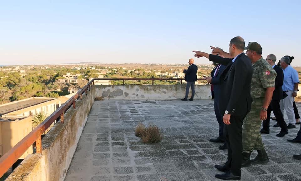 Ο ΥΠΕΞ του Ψευδοκράτους σε ταράτσα εγκαταλειμμένου κτιρίου στα Βαρώσια της Αμμοχώστου