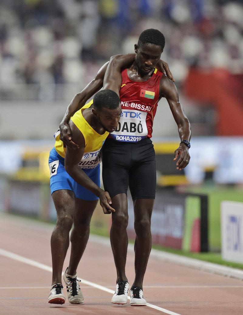 Ο Μπράιμα Σούνκαρ Νταμπό (Γουινέα) και ο Τζόναθαν Μπάσμπι (Αρούμπα)