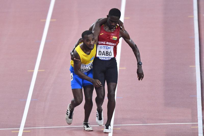Ο Μπράιμα Σούνκαρ Νταμπό (Γουινέα) παίρνει αγκαλιά τον Τζόναθαν Μπάσμπι (Αρούμπα)