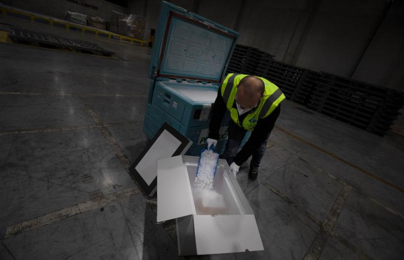 «Προστατεύοντας» με ξηρό πάγο φαρμακευτικό υλικό. Υπάλληλος αποθήκης στο Μέχελεν του Βελγίου προετοιμάζονται για την μεταφορά εμβολίων για τον κορωνοϊό