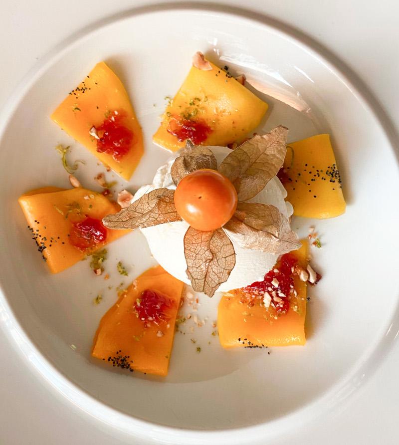 Carpaccio μάνγκο με γλυκό τριαντάφυλλο και παγωτό γιαούρτι