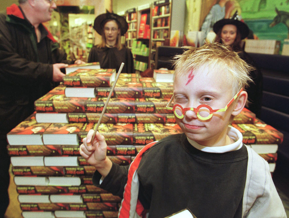 Αγόρι με το χαρακτηριστικό σημάδι του Χάρι Πότερ και τα γυαλιά κρατά στο χέρι του ένα μαγικό ραβδί