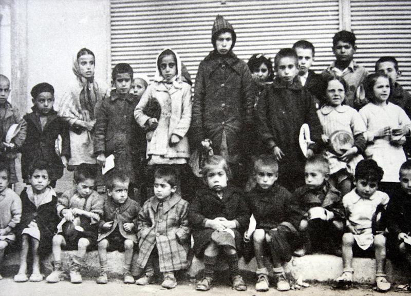Παιδάκια περιμένουν συσσίτιο στα χρόνια της Κατοχής.