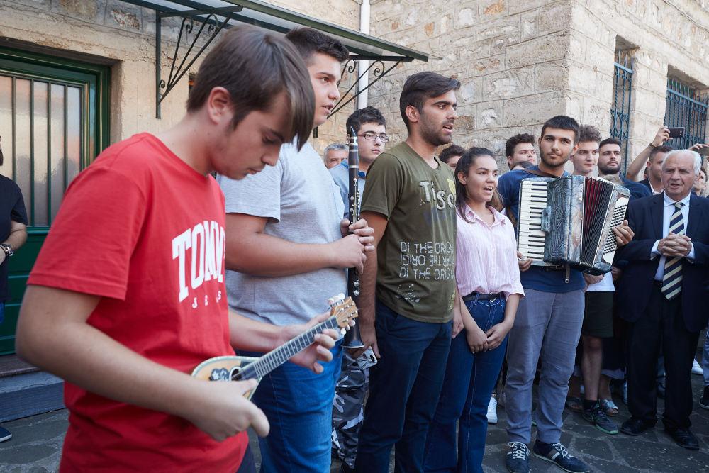 Μαθητές του εκκλησιαστικού Λυκείου υποδέχονται τον πρωθυπουργό στα Ιωάννινα