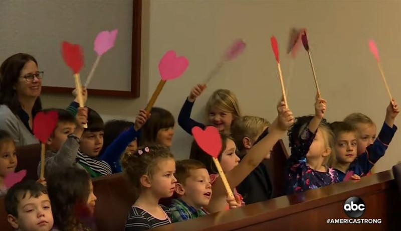 Οι μαθητές του νηπιαγωγείου κρατούσαν πλακάτ σε σχήμα καρδιάς για να εκφράσουν την αγάπη τους στον Μάικλ