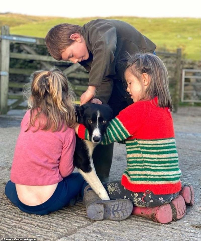 τρία από τα παιδιά με έναν σκύλο