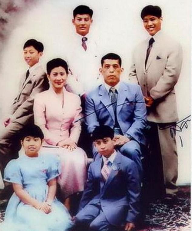 Ο Chakriwat Vivacharawongse (αριστερά) με τους αδερφούς του Juthavachara, Vacharaesorn, Vatchrawee, τη μικρότερη αδερφή του Sirivannavari και τους γονείς του, την πριγκίπισσα Sujarinee και τον σημερινό βασιλιά της Ταϊλάνδης, Maha Vajiralongkorn