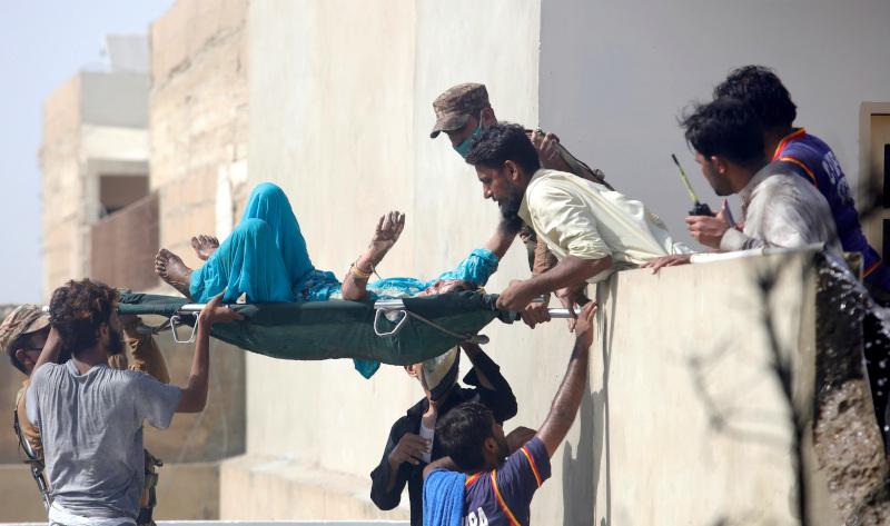 Τα σωστικά συνεργεία προσπαθούν να βγάλουν τυχόν επιζώντες από τα συντρίμμια του αεροπλάνου που κατέπεσε στο Πακιστάν