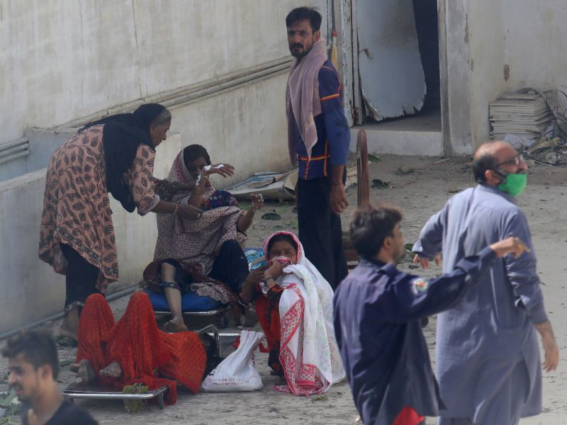 Το απόλυτο χάος σε κατοικημένη περιοχή του Καράτσι, στο Πακιστάν μετά τη συντριβή