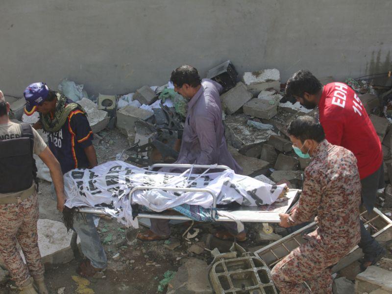 Τραυματιοφορείς μεταφέρουν ένα νεκρό μετά τη συντριβή του αεροσκάφους