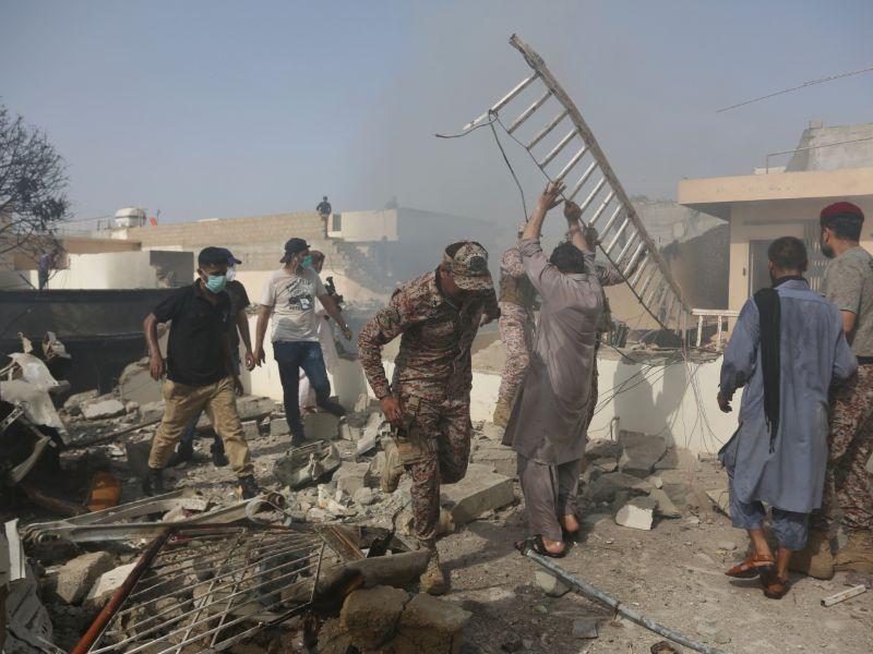 Αναζητώντας επιζώντες μετά την πτώση του αεροσκάφους. Φόβοι για νεκρούς και ανάμεσα στους πολίτες που ήταν στα σπίτια τους