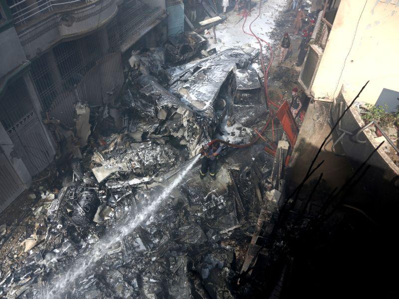 Πυροσβέστης στο Καράτσι προσπαθεί να σβήσει τη φωτιά που ξέσπασε μετά τη συντριβή του αεροπλάνου