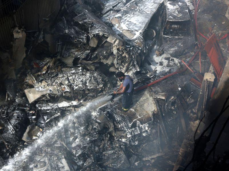 Λαμαρίνες από το διαλυμένο αεροπλάνο, καμμένα αυτοκίνητα και χαλάσματα σπιτιών