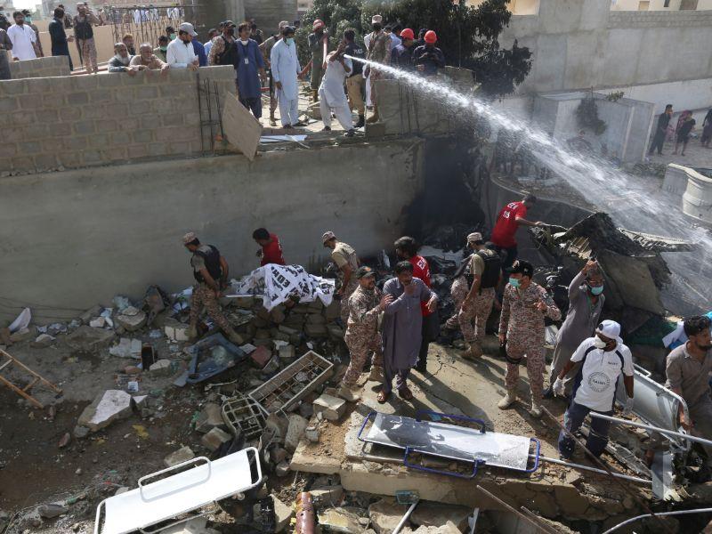 Σωστικά συνεργεία αναζητούν επιζώντες ανάμεσα στα χαλάσματα μετά την πτώση του αεροσκάφους