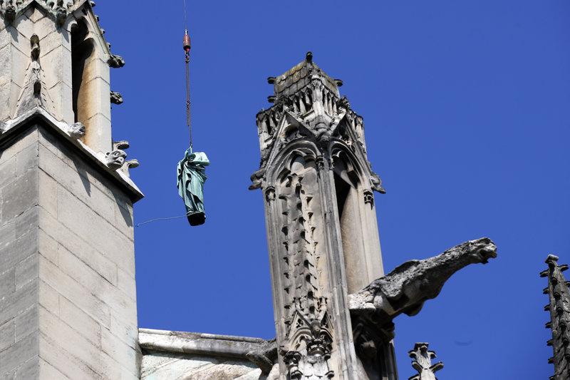 Μεταφορά αγάλματος στην Παναγία των Παρισίων