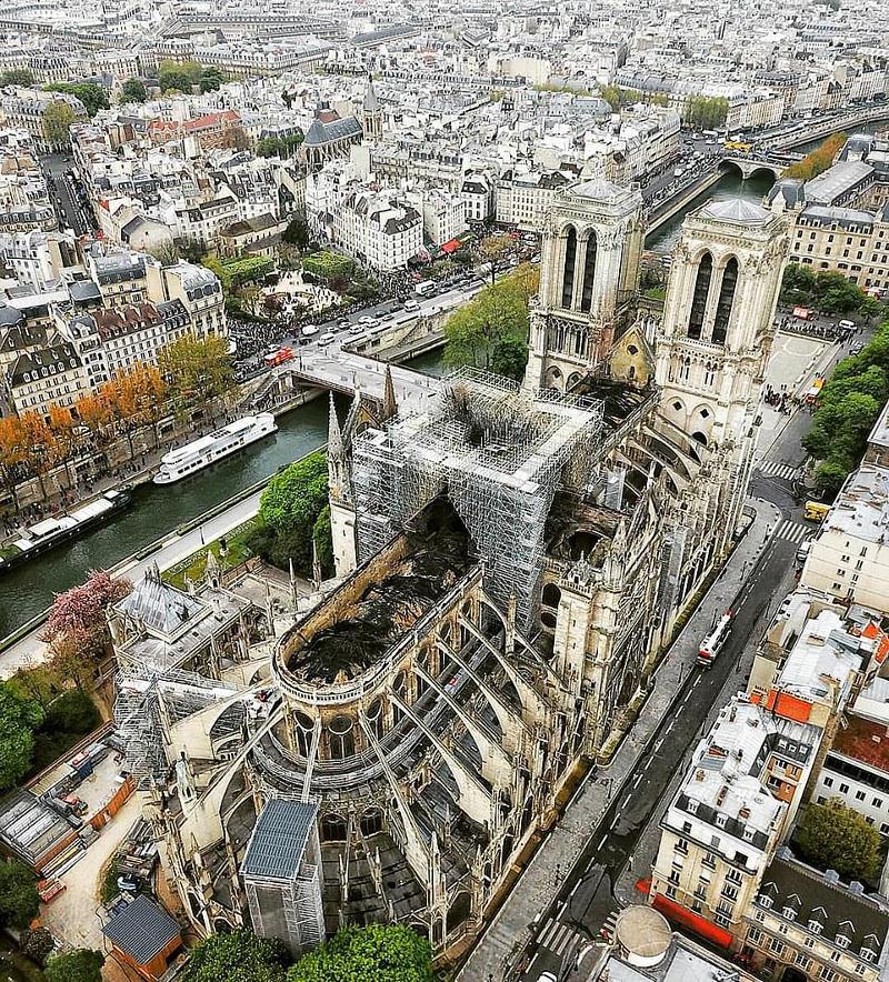 Η Παναγία των Παρισίων από ψηλά. Οι ζημιές στο κτίριο μία ημέρα μετά.