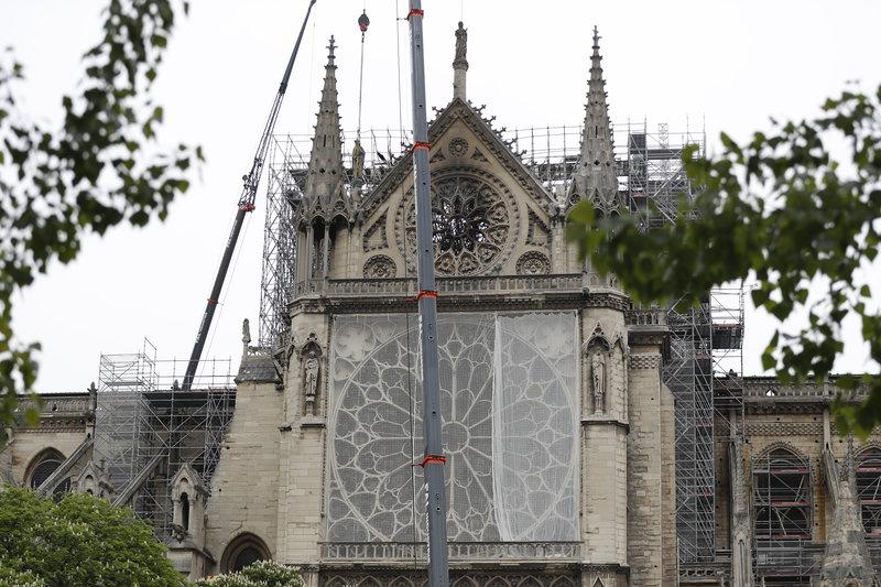 Μουσαμάς σε παράθυρα της Παναγίας των Παρισίων