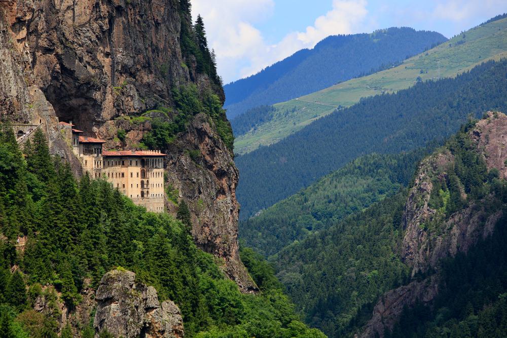 Το μοναστήρι της Παναγίας Σουμελά και το καταπράσινο τοπίο στον Πόντο