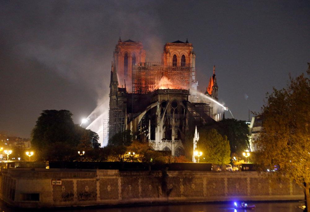 Το κωδωνοστάσιο και η οροφή της Παναγίας των Παρισίων κατέρρευσαν
