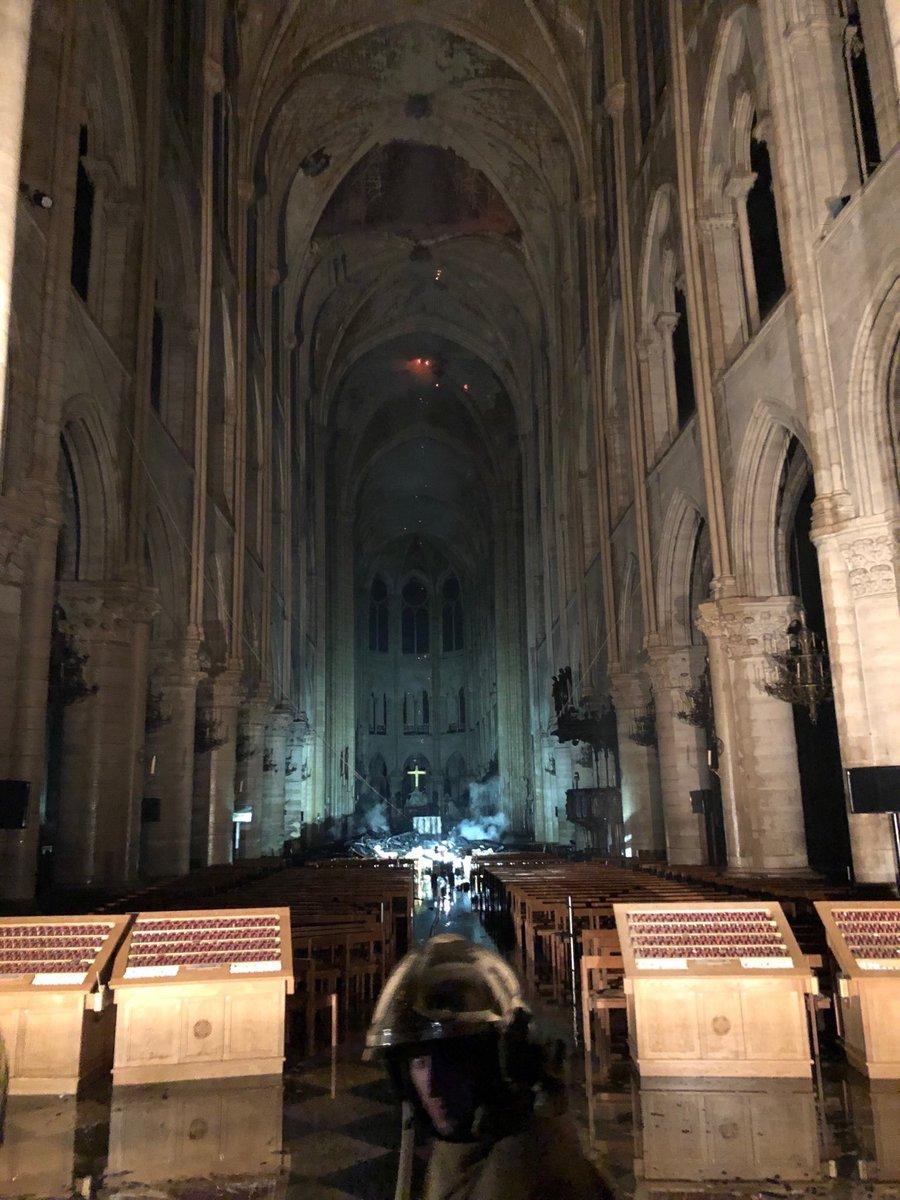 Το εσωτερικό της Παναγία των Παρισίων μετά τη φωτιά