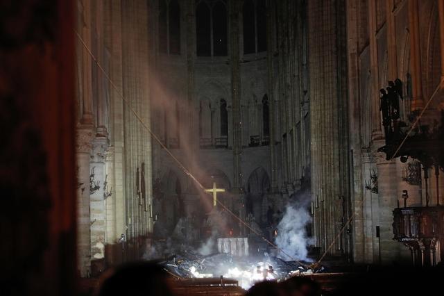Η εικόνα μέσα από την Παναγία των Παρισίων μετά τη φωτιά