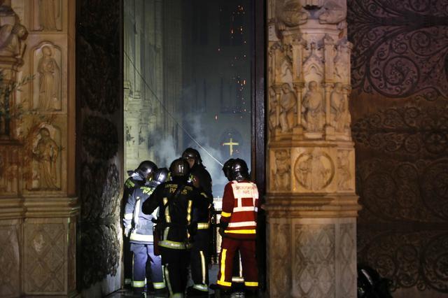 Πυροσβέστες στο εσωτερικό της Παναγία των Παρισίων