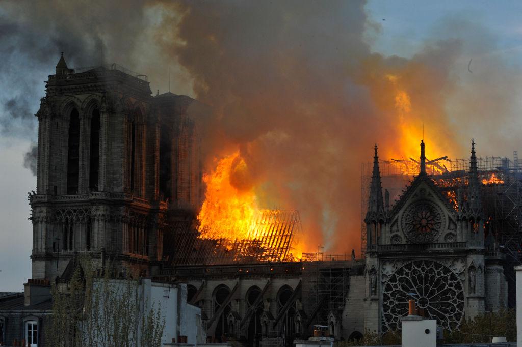 Φωτιά στην Παναγία των Παρισίων και καπνοί στον ουρανό