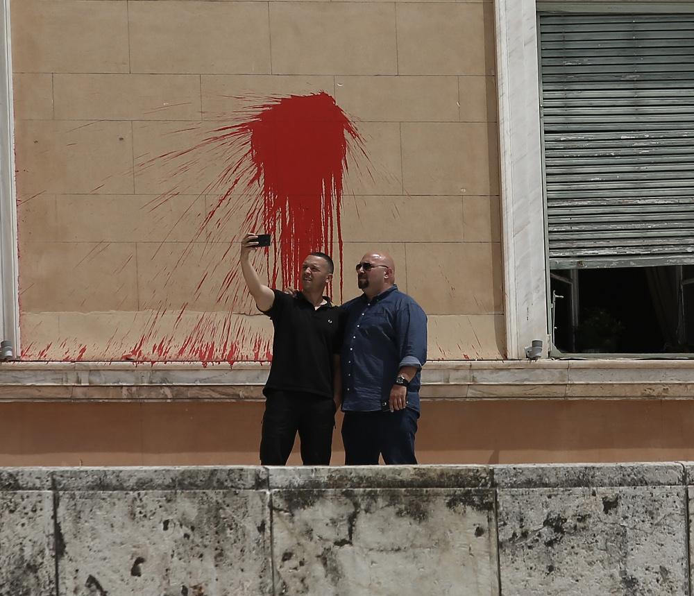 Προκλητικοί ο Ηλίας Κασιδιάρης και ο Ηλίας Παναγιώταρος έβγαζαν selfie με τις μπογιές που πέταξαν τα μέλη του Ρουβίκωνα στη Βουλή