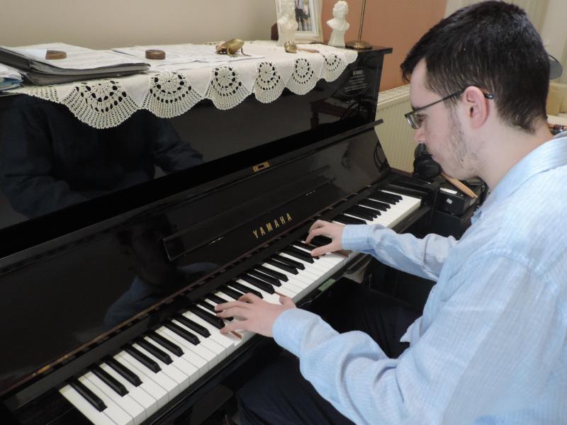 Θεόφιλος Νάστας παίζει πιάνο