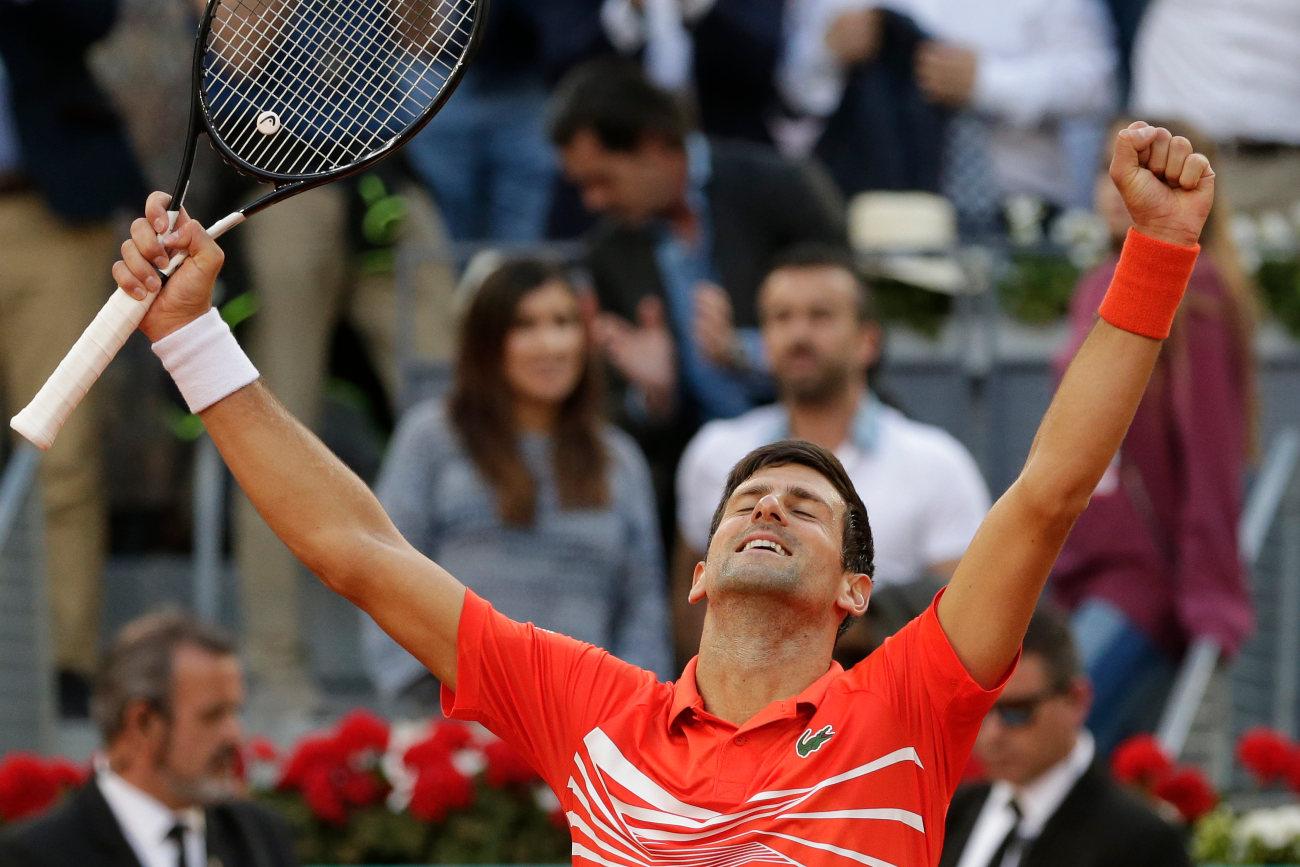 Με τα χέρια ψηλά πανηγυρίζει ο Τζόκοβιτσ τη νίκη στον τελικό της Μαδρίτης απέναντι στον Στέφανο Τσιτσιπά