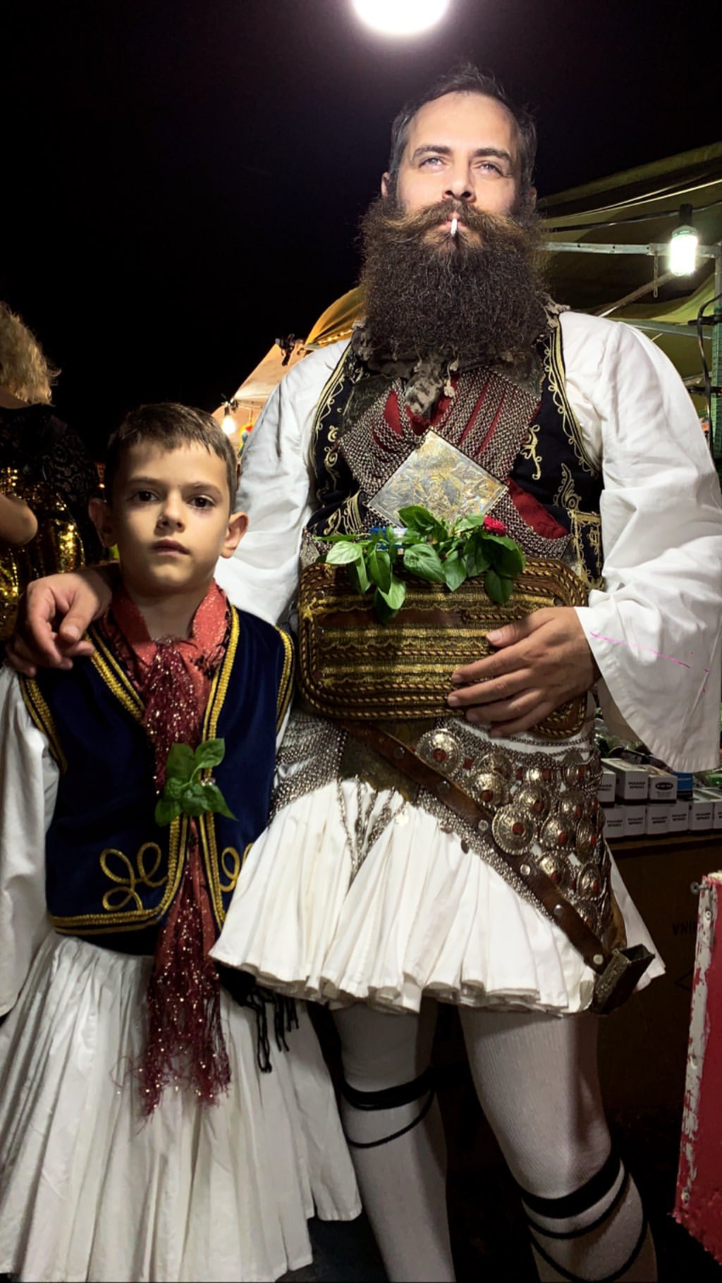 Φουστανελάς με τον γιο του στο πανηγύρι της Αγίας Αγάθης στα Σταμνά