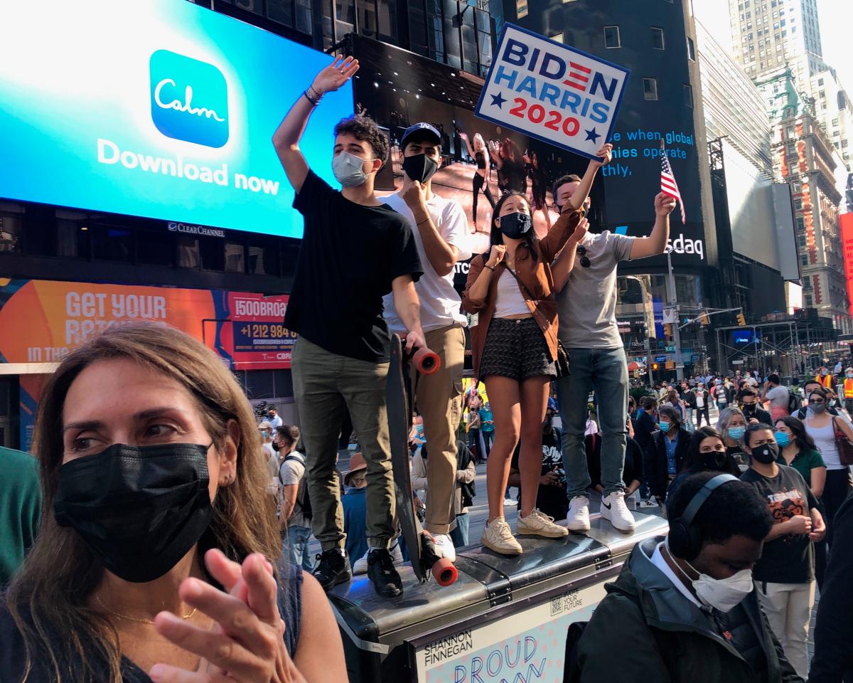 Κόσμος πανηγυρίζει στην Times Square