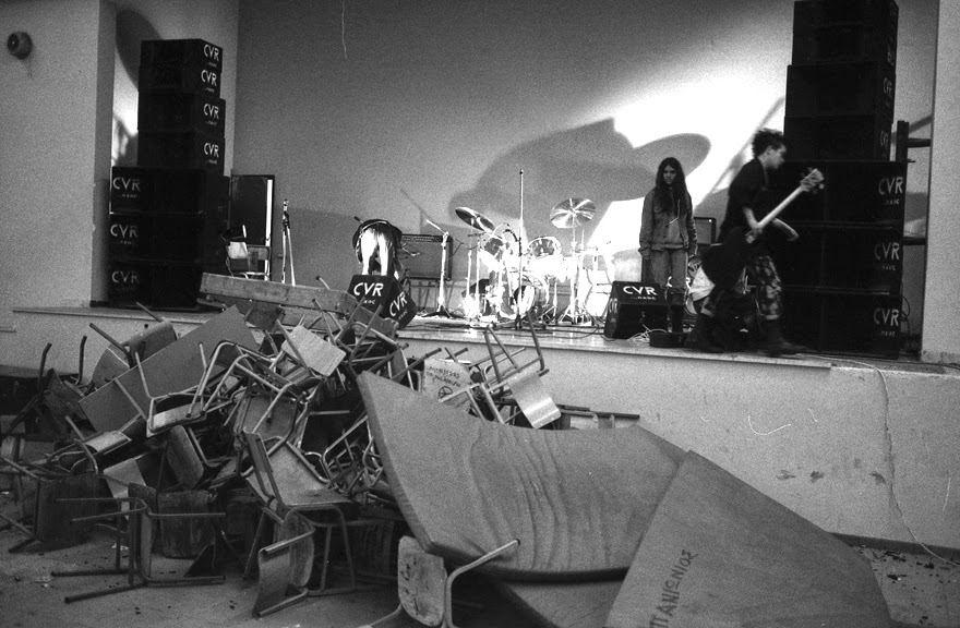 Φωτογραφία μετά τη συναυλία των ΑΔΙΕΞΟΔΟ σε σχολείο της Νέας Σμύρνης (Μάρτιος 1984)