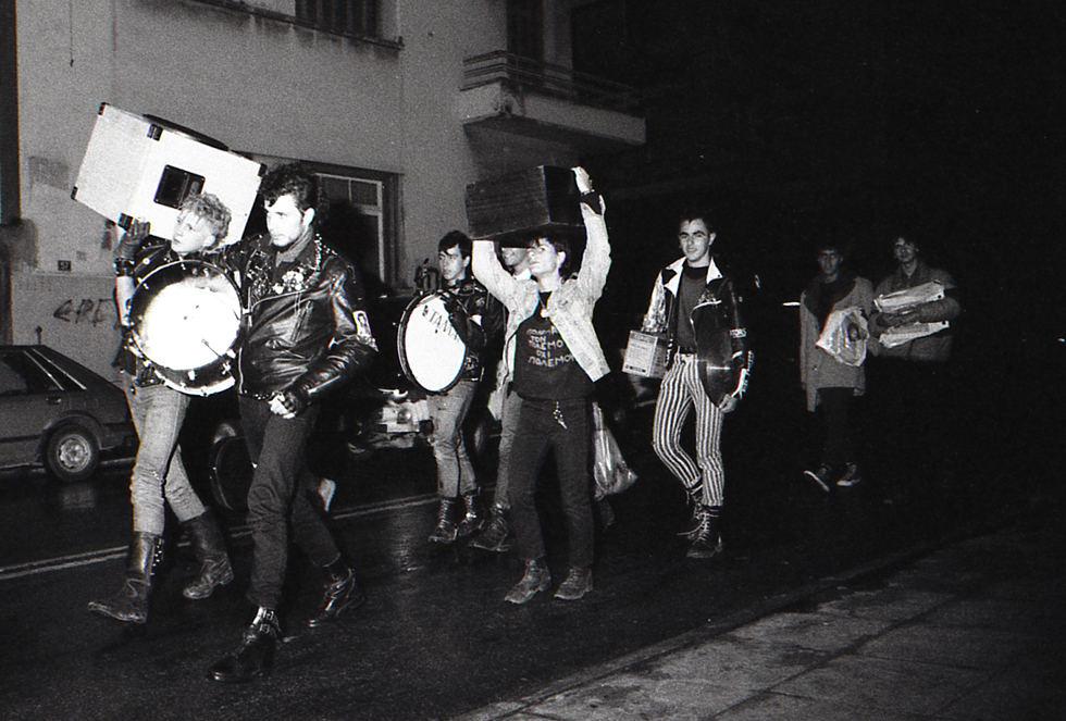 Το συγκρότημα Γενιά του Χάους και φίλοι τους, μεταφέρουν τα όργανα ύστερα από συναυλία (Νοέμβριος 1983)