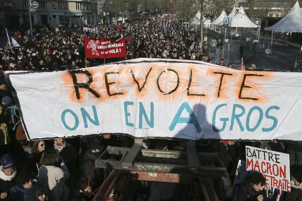Με πανό ενάντια στη μεταρρύθμιση για το συνταξιοδοτικό Γάλλοι πολίτες στο Παρίσι